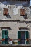 老门面在老镇在文蒂米利亚,意大利 免版税库存照片