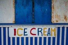 老闭合的冰淇凌报亭 免版税库存照片