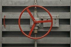老防空洞的密封门锁的圆的把柄  免版税库存照片