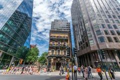 老阿尔伯特客栈紧压了在维多利亚街,伦敦上的现代商业大厦之间 库存照片