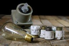 老陶瓷保险丝持有人 老电子辅助部件 木选项 免版税库存照片
