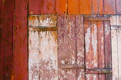 老难看的东西和被风化的红色和白色木墙壁板条构造背景 库存照片