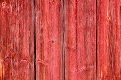 老难看的东西和被风化的红色木墙壁板条构造背景 库存图片