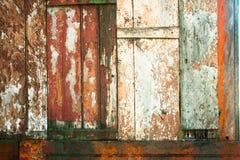 老难看的东西和被风化的红色,白色和绿色木墙壁板条构造背景 免版税图库摄影