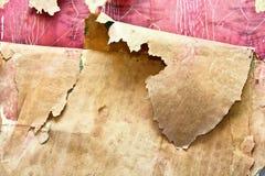老难看的东西在一个被破坏的房子里撕碎了墙纸 库存照片