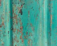 老难看的东西崩裂了在金属墙壁纹理的油漆 免版税库存照片