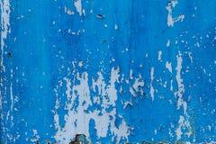 老难看的东西崩裂了在金属墙壁纹理的油漆 免版税图库摄影
