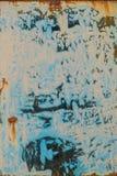 老难看的东西抓了生锈的葡萄酒色的被绘的汽车板材米黄深蓝色 库存图片