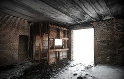 老难看的东西被放弃的谷仓内部 图库摄影