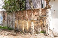 老难看的东西砖墙建筑细节  免版税库存图片