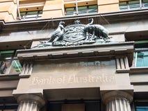 老雕塑澳大利亚徽章在澳大利亚的澳洲联邦银行门面的在马丁位置 库存图片