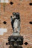 老雕象在Grazzano Visconti城堡庭院里  免版税库存图片