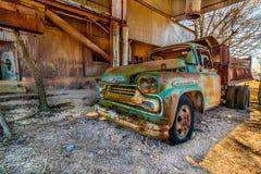 老雪佛兰卡车停放在老克劳福德磨房在Walburg得克萨斯 免版税库存照片