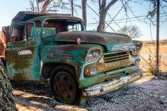 老雪佛兰卡车老克劳福德磨房位于Walburg得克萨斯 免版税库存照片