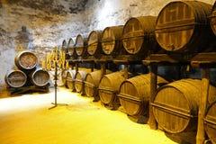 老雪利酒桶在赫雷斯德拉弗龙特拉在安大路西亚,西班牙 免版税库存照片