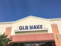 老零售公司的海军衣物和辅助部件外部  免版税库存照片