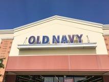 老零售公司的海军衣物和辅助部件外部  免版税图库摄影