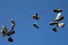 老鞋子在天空中 库存照片
