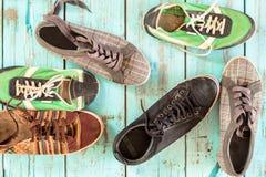 老鞋子 各种各样的颜色和葡萄酒样式 免版税库存照片