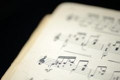 老音乐笔记本的页在黑暗的背景的 免版税库存照片