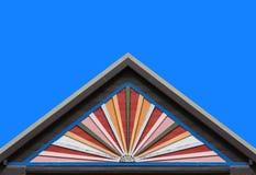 老颜色木设有暗门的妓院墙壁三角形屋顶和明白蓝天 免版税库存照片