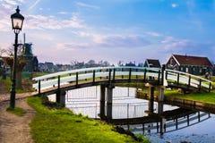 老风车在冬天 村庄Zaanse Schans,荷兰 免版税库存图片