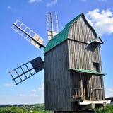 老风车在夏天 免版税库存图片