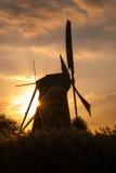 老风车在小孩堤防,荷兰 免版税库存图片