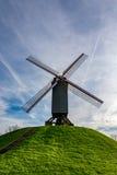 老风车在布鲁日在一美好的天,比利时 库存图片