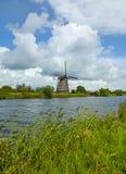 老风车在绿色环境里 图库摄影