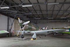 老飞机在飞机棚 库存图片