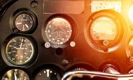 老飞机的驾驶舱有所有飞行仪器的 免版税图库摄影