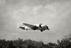 老飞机起飞 免版税库存照片