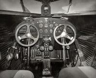 老飞机驾驶舱 免版税图库摄影