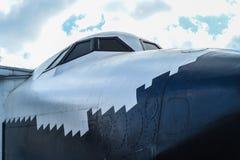 老飞机鼻子和驾驶舱有蓝天的在俄罗斯 免版税库存图片