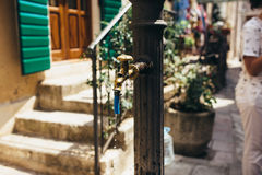 老饮用水泵浦在老镇科托尔,黑山 库存照片
