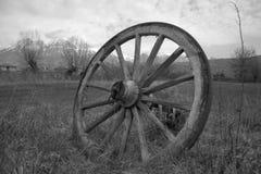 老马车车轮 免版税图库摄影