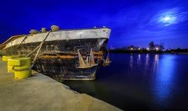 老驳船在晚上 免版税库存图片