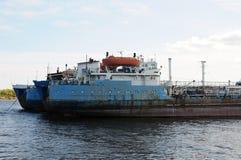 老驳船船在一个被放弃的造船厂停住,在港口 免版税库存图片