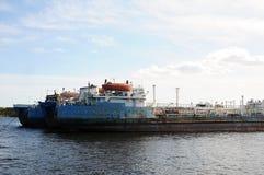 老驳船船在一个被放弃的造船厂停住,在港口 库存图片