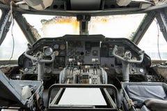 老驾驶舱和飞机控制板内部是瑕疵的 库存照片