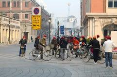 老骑自行车者 免版税库存图片