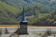 老高耸在污染的湖 图库摄影