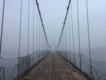 老鬼的吊桥有雾的入口 阿尔泰村庄桥梁 E 免版税库存图片