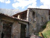 老鹅卵石大厦在意大利村庄 库存照片