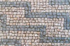 老鹅卵石样式,石织地不很细背景,灰色和带淡红色的花岗岩石头 免版税库存照片
