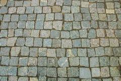 老鹅卵石路面视图抽象背景从上面 免版税库存照片
