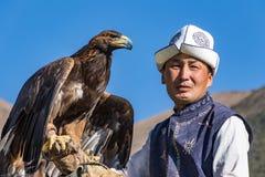 老鹰猎人在马背上拿着他的老鹰,准备采取飞行 库存照片
