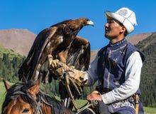 老鹰猎人在马背上拿着他的老鹰,准备采取飞行 图库摄影