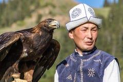 老鹰猎人在马背上拿着他的老鹰,准备采取飞行 免版税图库摄影